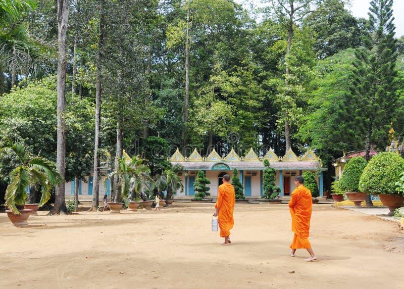 Boeddhistische monniken bij de Khmer tempel in Mekong Delta, zuidelijk Vietnam royalty-vrije stock fotografie