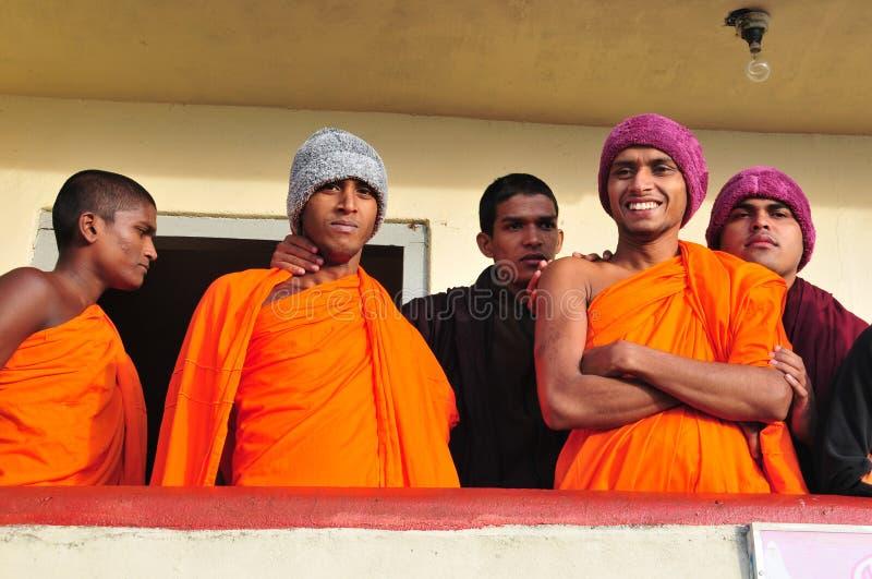 Boeddhistische monniken bij het klooster in Sri Lanka stock foto's