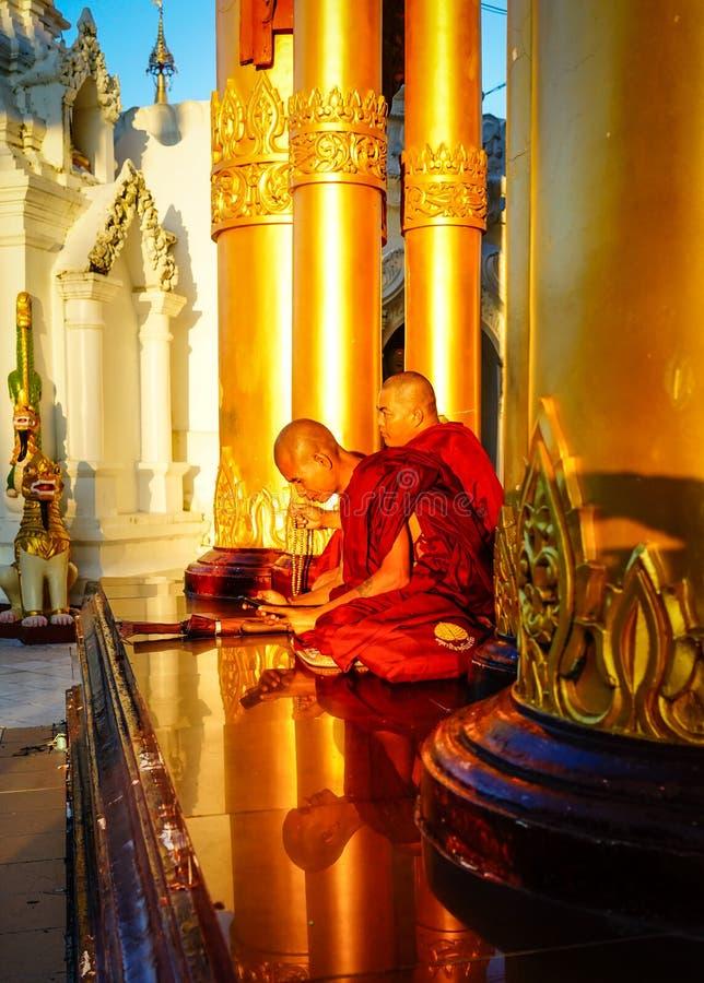 Boeddhistische monniken bij Shwedagon-Pagode stock fotografie