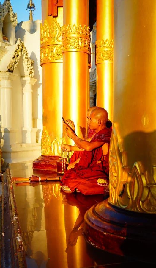 Boeddhistische monniken bij Shwedagon-Pagode royalty-vrije stock foto