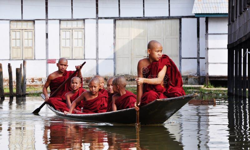 Boeddhistische monniken die boten op het meer in Shan, Myanmar roeien royalty-vrije stock foto