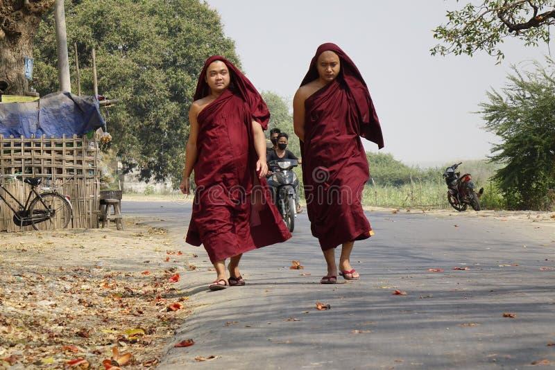 Boeddhistische monniken die langs een straat lopen stock fotografie