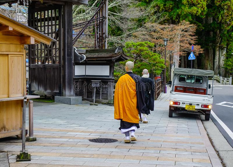 Boeddhistische monniken die op landelijke weg lopen stock foto's