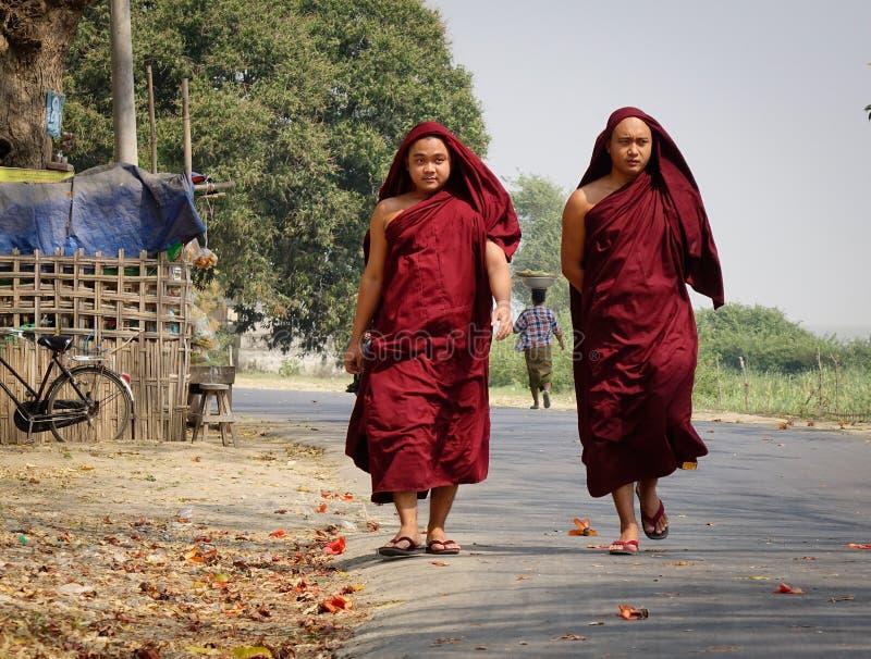 Boeddhistische monniken die op straat in Mandalay, Myanmar lopen royalty-vrije stock foto