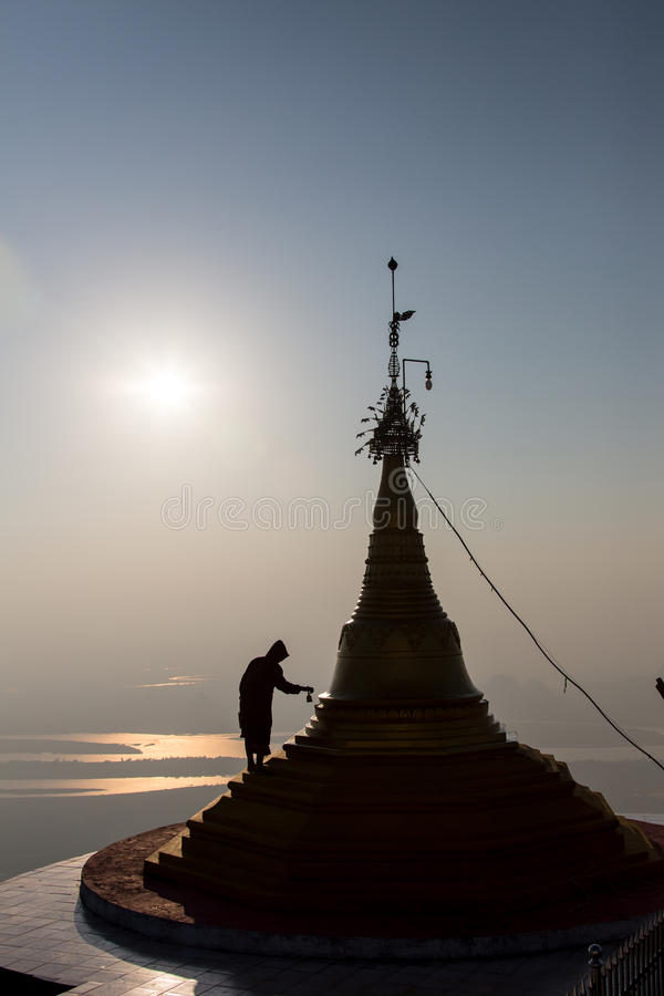 Boeddhistische monniken die voor oude stupa, Kushiingar-stad, India zitten stock afbeelding