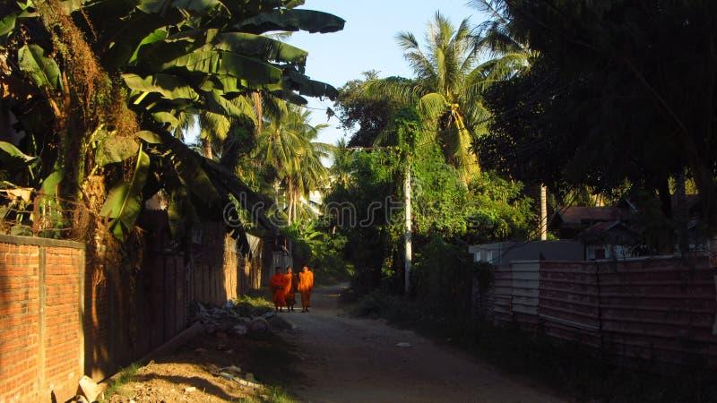 Boeddhistische Monniken in Dorp royalty-vrije stock foto