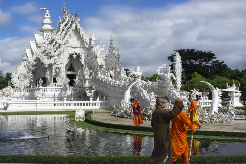 Boeddhistische Monniken en Witte Tempel stock fotografie