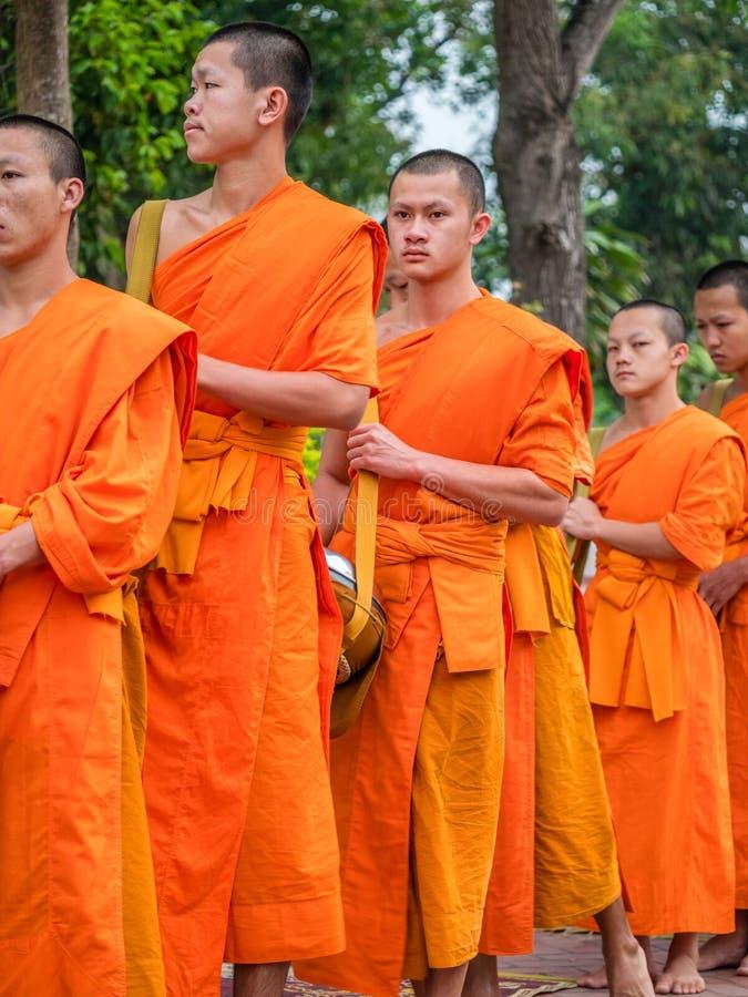 Boeddhistische monniken in optocht Luang Phabang, Laos stock afbeeldingen