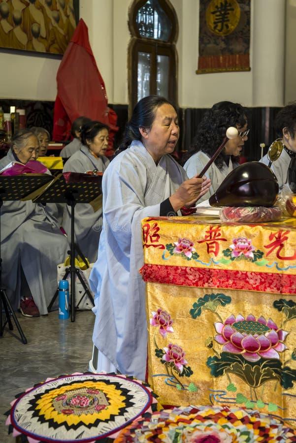 Boeddhistische nonnen die, Kunming, Yunnan-provincie, China zingen stock foto's