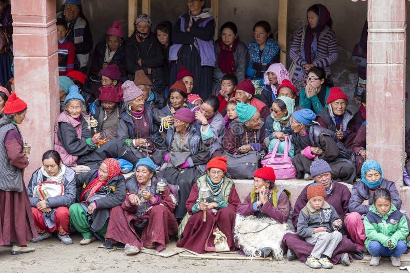 Boeddhistische oude mensen tijdens mystieke masker het dansen Tsam geheimzinnigheid dans op tijd van het Boeddhistische festival  royalty-vrije stock fotografie