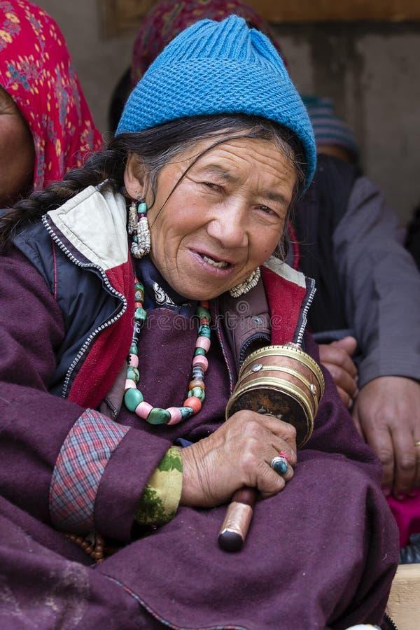 Boeddhistische oude vrouw tijdens mystieke masker het dansen Tsam geheimzinnigheid dans op tijd van het Boeddhistische festival v royalty-vrije stock fotografie