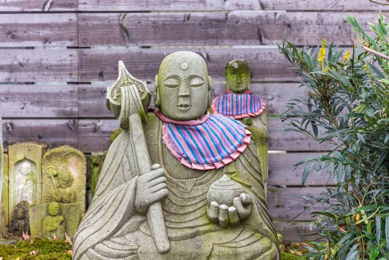 Boeddhistische steen reliëf met paarse bib, met symbolisch personeel en orb, Kanazawa, Japan royalty-vrije stock foto's