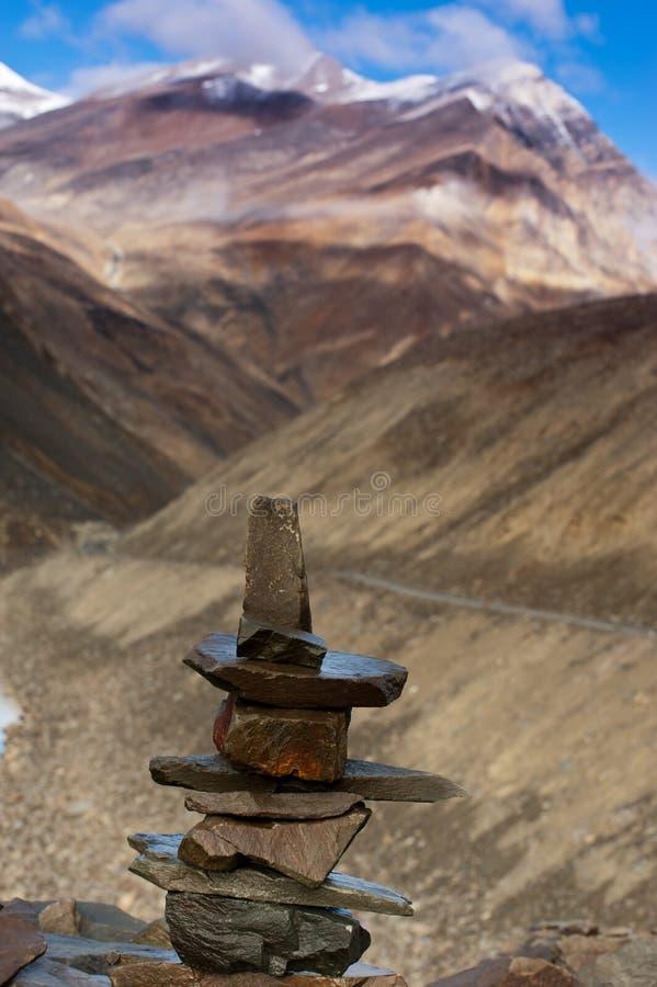 Boeddhistische steenpiramide in Suraj Vishal Taal Lake stock foto