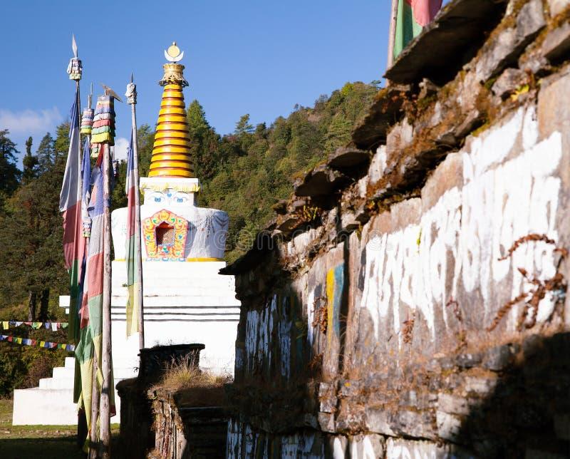 Boeddhistische stupa, gebedvlaggen en Mani-gebedmuur royalty-vrije stock foto