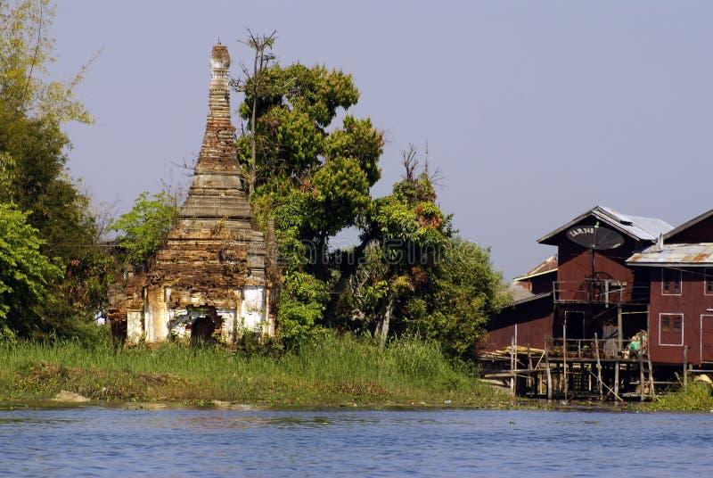 Boeddhistische stupa op de oever van het meer van Inle royalty-vrije stock foto