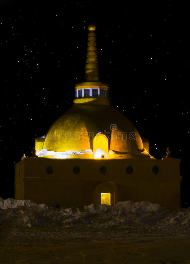 Boeddhistische stupa van verzoening in het licht van de sterren stock afbeelding