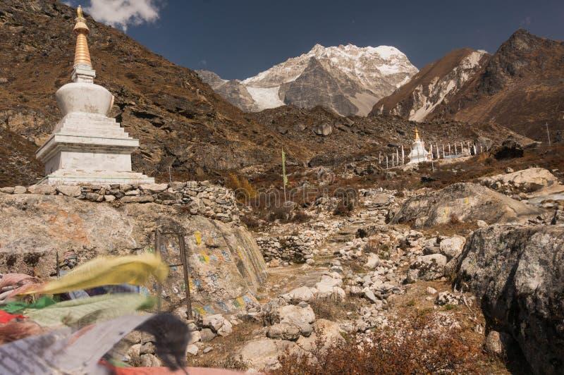 Boeddhistische stupas die tot Dorp van Kyangjin Gompa leiden royalty-vrije stock foto