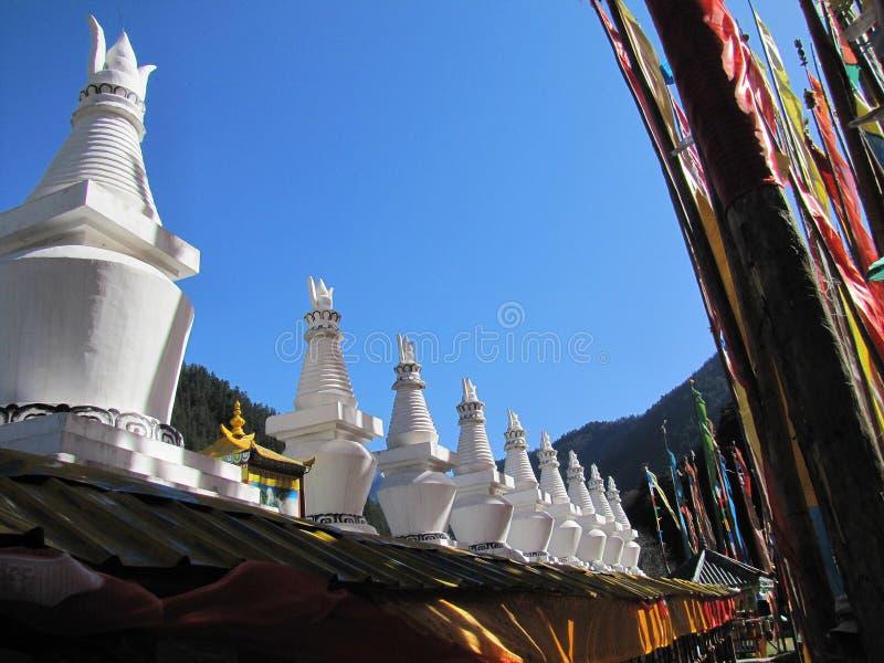 Boeddhistische stupas in Jiuzhaigou-dorp in de provincie China van Sichuan royalty-vrije stock afbeelding