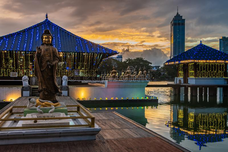 Boeddhistische tempel in Colombo, Sri Lanka bij zonsondergang royalty-vrije stock foto