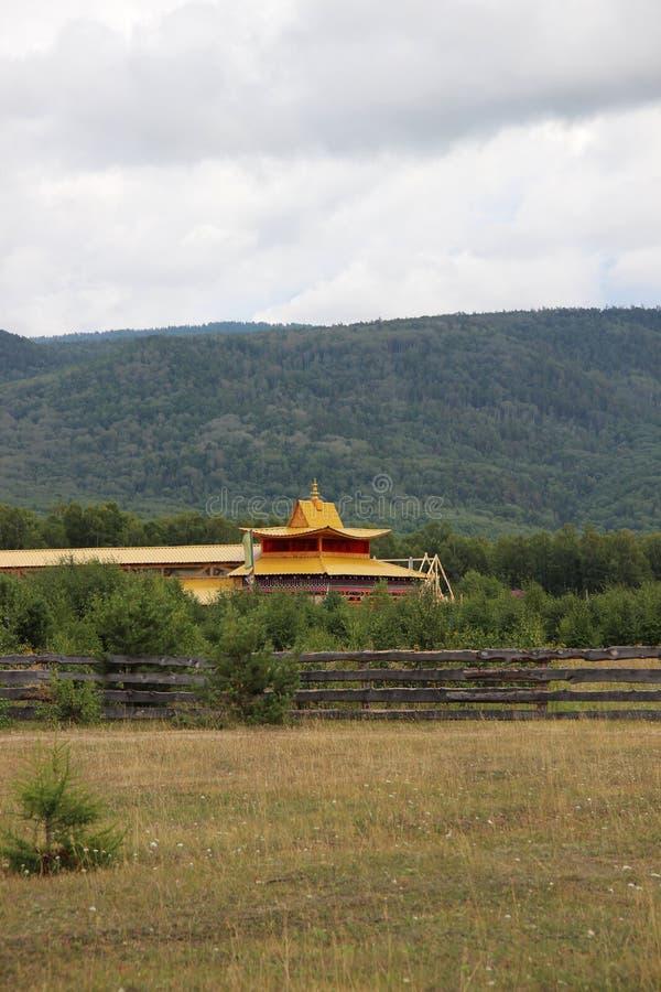 Boeddhistische tempel dichtbij heuvel royalty-vrije stock afbeeldingen