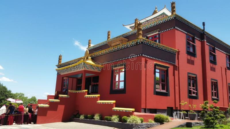 Boeddhistische tempel in dorp drie kronen stock fotografie