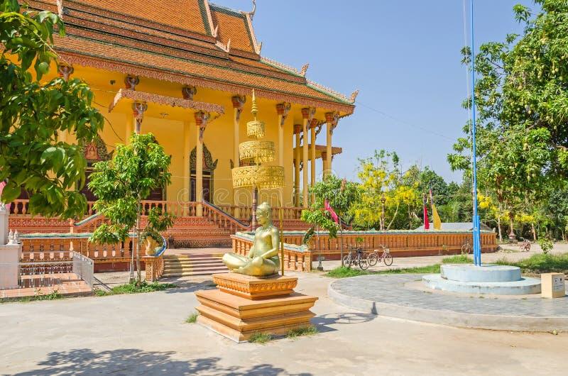 Boeddhistische tempel in een klein ver dorp Chong Koh in Kambodja stock afbeelding