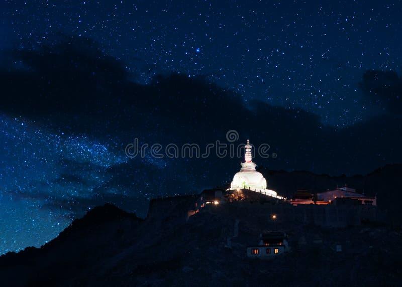 Boeddhistische tempel in Ladakh, India, tijdens nacht met hierboven sterren stock foto's