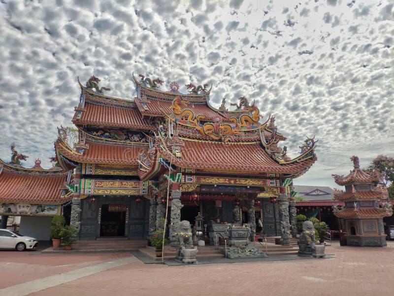 Boeddhistische tempel met mooie hemel met wolken royalty-vrije stock foto's