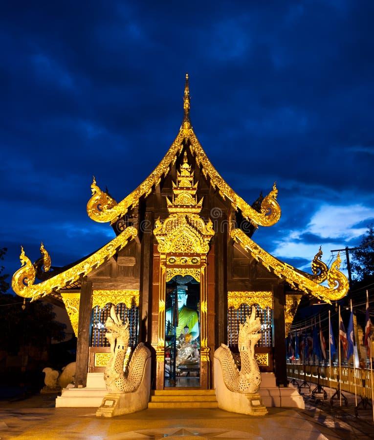 Boeddhistische tempel 's nachts in Chiang MAI, Thailand stock afbeelding