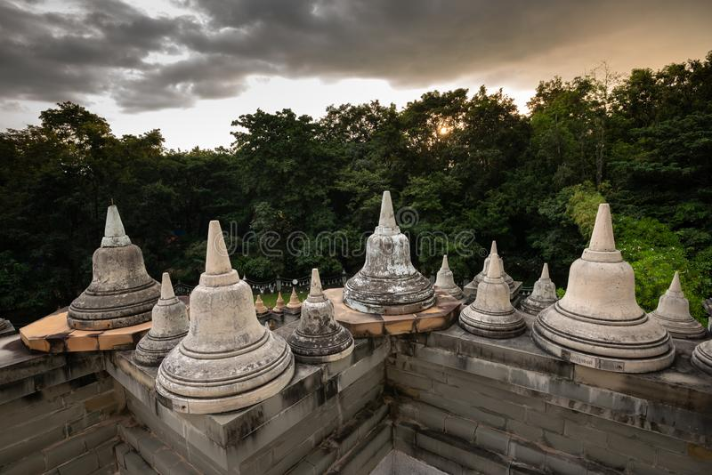 Boeddhistische Tempel: Zandsteenpagode in Pa Kung Temple in Roi Et van Thailand stock foto's