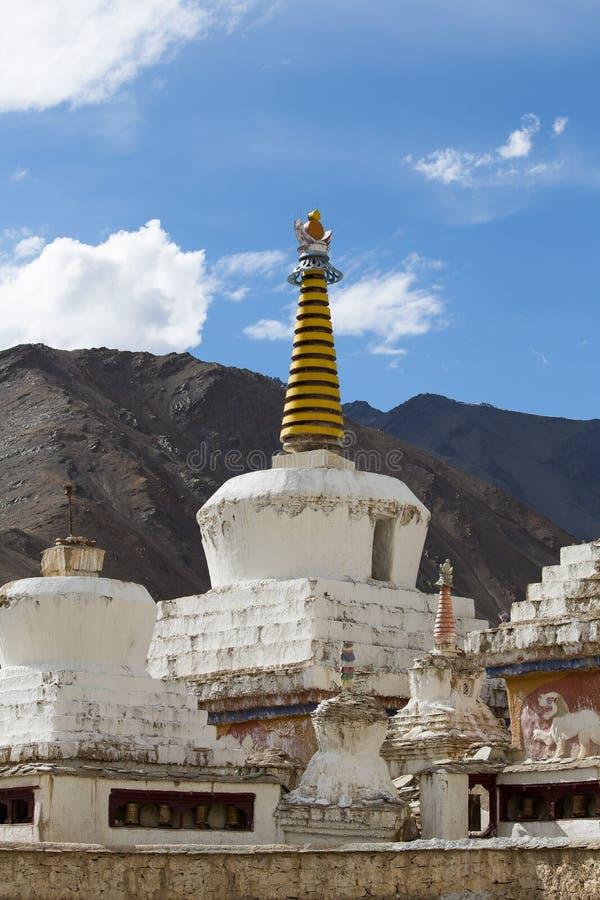 Boeddhistische witte stupa en blauwe hemel Thikseyklooster, Leh, Ladakh, India royalty-vrije stock foto's