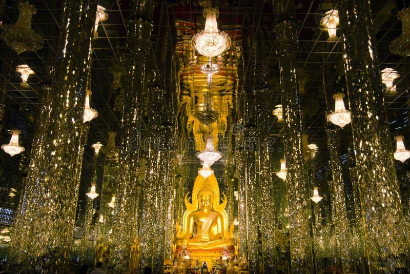 Boedha in een glastempel Wat Tha Sung Thailand stock fotografie