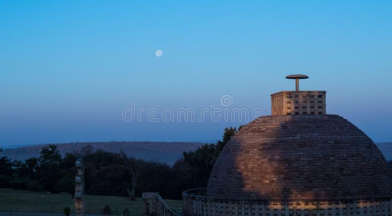 Boedha is glimlachen-vroege ochtendmaan in blauwe hemel op Sanchi Stupa royalty-vrije stock afbeeldingen