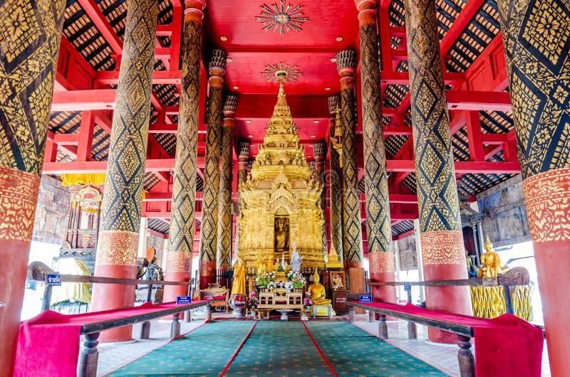 Boedha in klooster van Wat Pra That Lampang Luang stock afbeelding