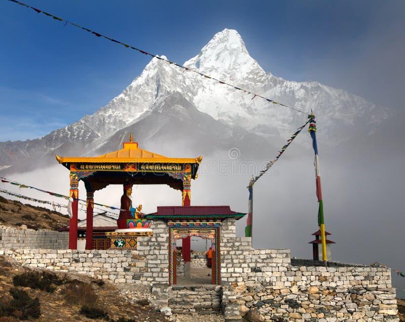 Boedha in Pangboche-klooster en zet Ama Dablam op royalty-vrije stock foto's