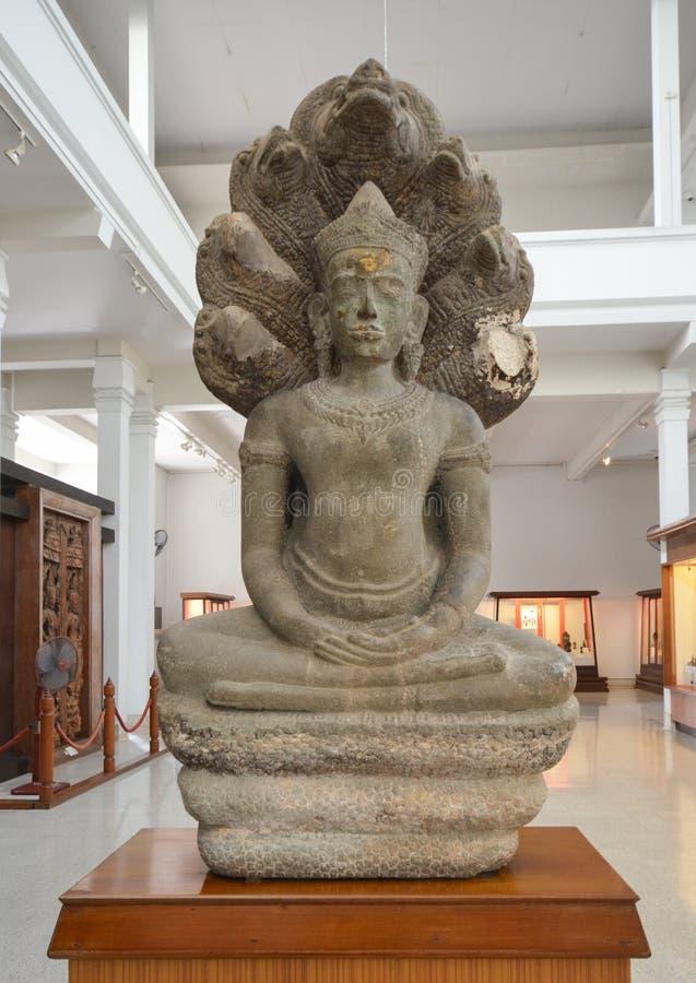 Boedha zette in meditatie beschut door nagakap royalty-vrije stock afbeeldingen