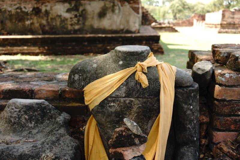 Boedha zonder hoofd in de tempel stock foto