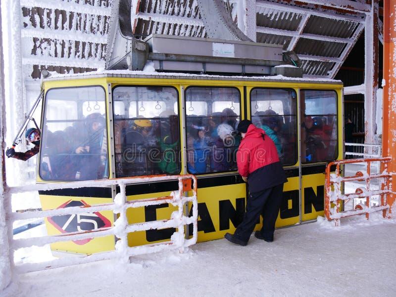 Boefje in overvolle skigondel stock foto