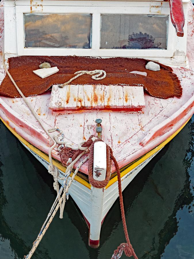 Boeg van Kleine Houten Griekse Vissersboot, Griekenland royalty-vrije stock afbeeldingen