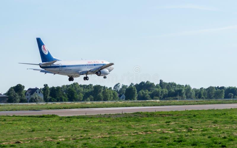 Boeing 737 που προσγειώνεται στον αερολιμένα στοκ εικόνα με δικαίωμα ελεύθερης χρήσης
