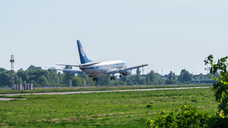 Boeing 737 που προσγειώνεται στο διεθνή αερολιμένα στοκ φωτογραφία με δικαίωμα ελεύθερης χρήσης
