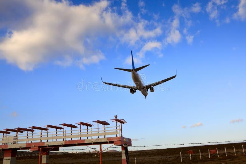 Boeing 737 jet som är klar för landning arkivbilder