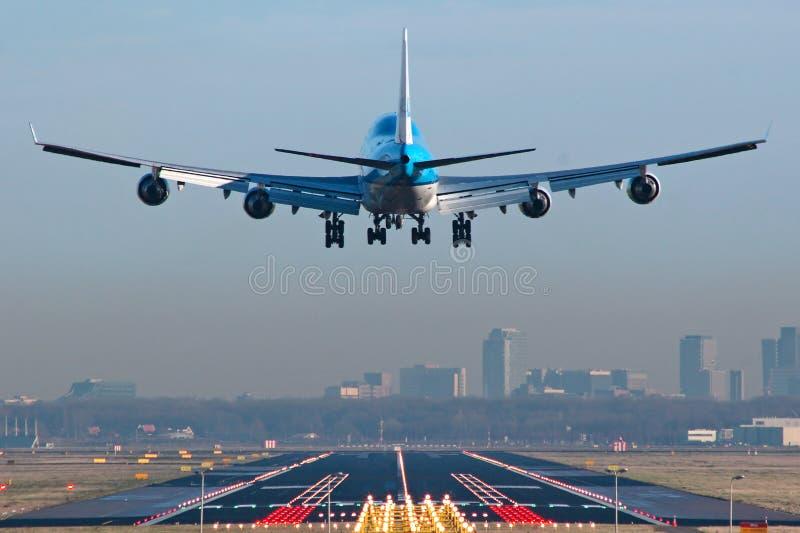Boeing 747 environ à l'atterrissage photo libre de droits