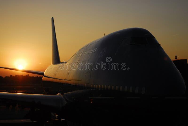 Boeing-747 no por do sol fotografia de stock royalty free