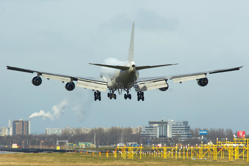 Boeing 747 ongeveer aan touchdown stock afbeelding
