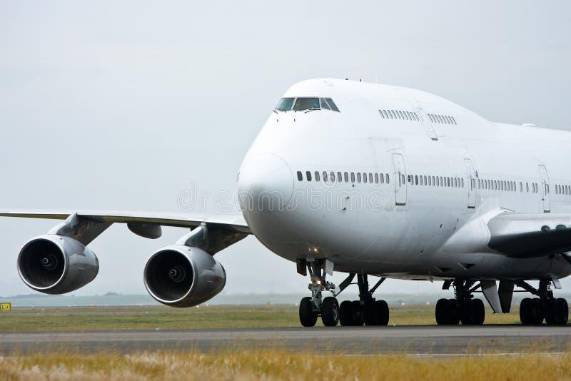 Boeing 747 straallijnvliegtuig in wit stock afbeeldingen