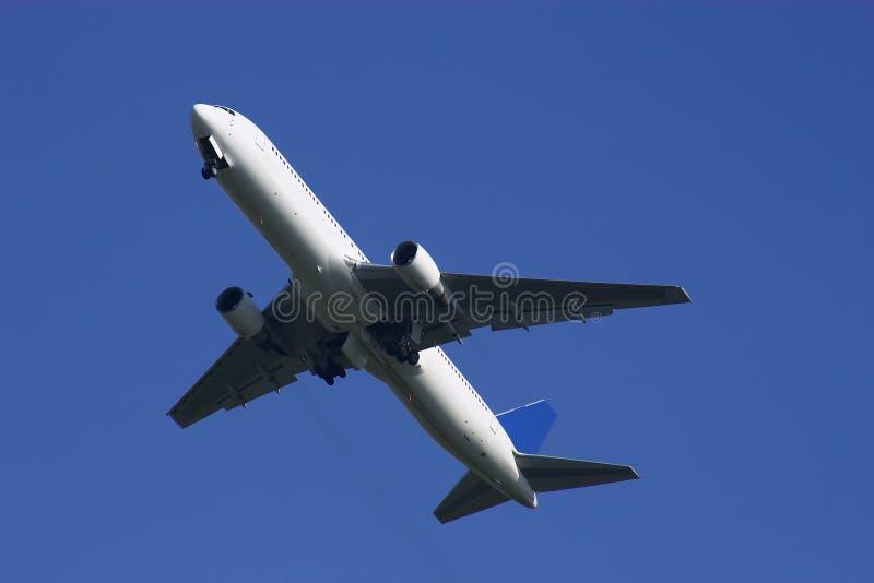 Boeing 767 que escala afastado foto de stock royalty free