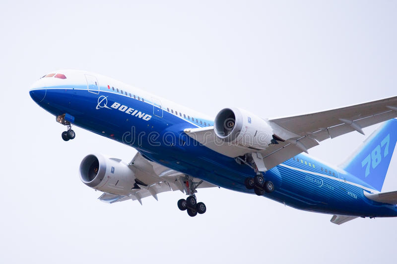 Boeing 787 Dreamliner décolle images stock