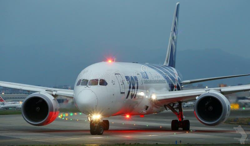 Boeing 787 Dreamliner sur la piste images libres de droits