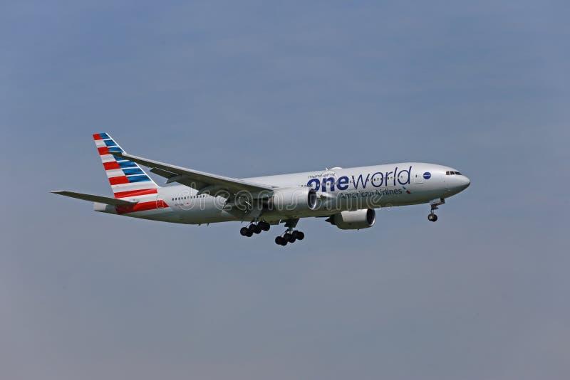 American Airways Boeing 777-200 landing royalty free stock photos